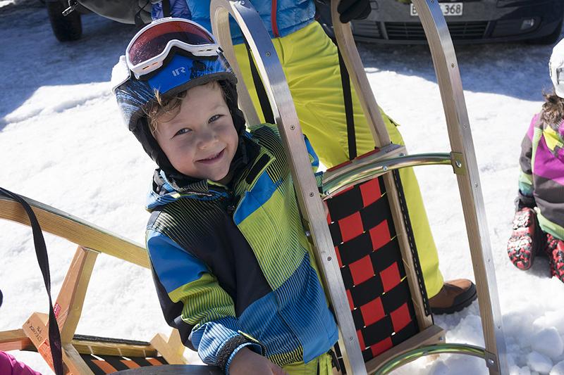 Kleiner Skifahrer im sonnenverwöhnten Skigebiet Nauders