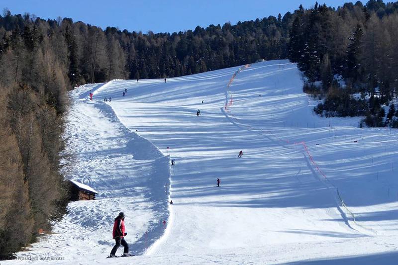 Die Talabfahrt Bergkastel im Skigebiet Nauders im tiroler Oberland in Österreich