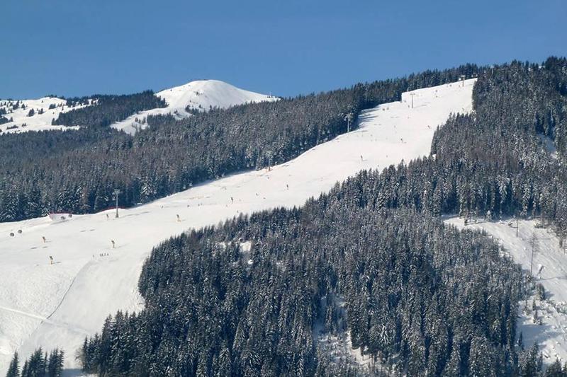 Blick auf die Bernkogelabfahrt in den Kitzbüheler Alpen in Tirol