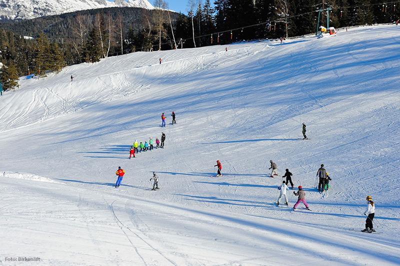 Skifahrer im Skigebiet Birkenlift