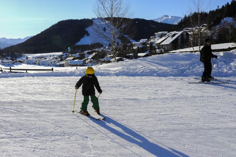 Kinder lernen im Skigebiet Birkenlift & Geigenbühel das Skifahren