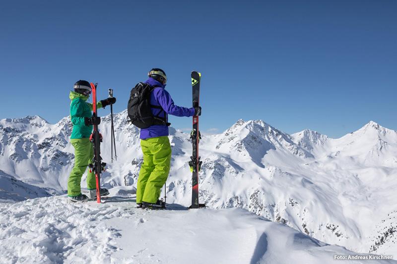 Skifahren mit einer schönen Bergkulisse