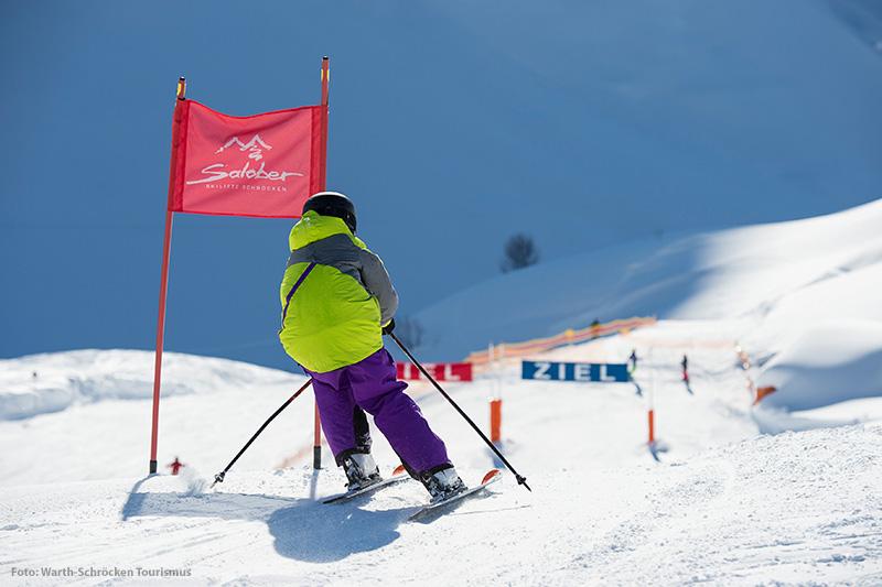 Kleiner Skifahrer beim Skirennen