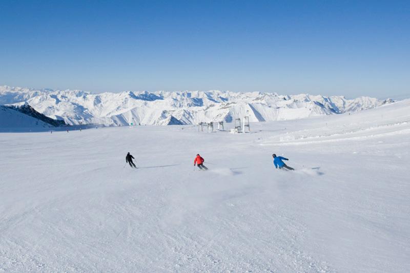 Skifahrer im Skigebiet Hintertux, Zillertaler Alpen, Tirol, Österreich.