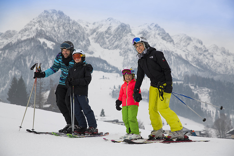 Familie beim Skifahren im Skigebiet Walchsee - Durchholzen - Zahmer Kaiser