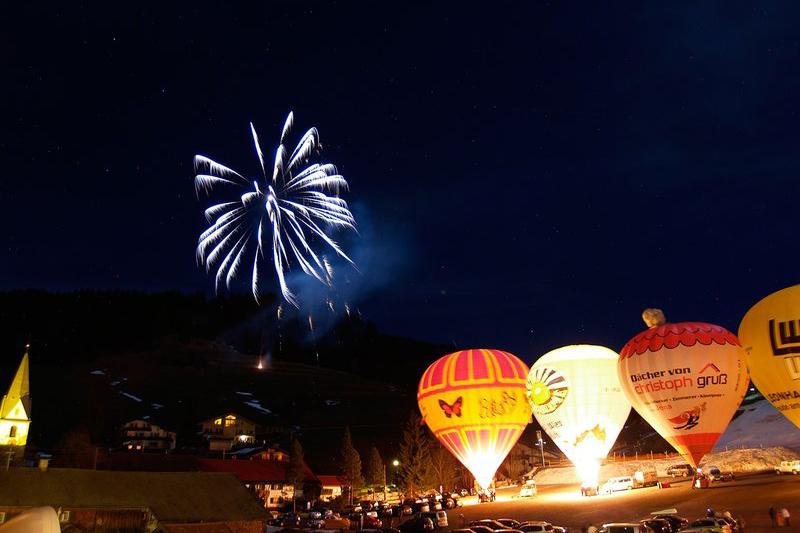 Ballonglühen in Zöblen am Abend mit Feuerwerk