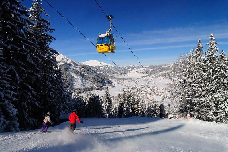 Abfahrtski im Skigebiet Zöblen