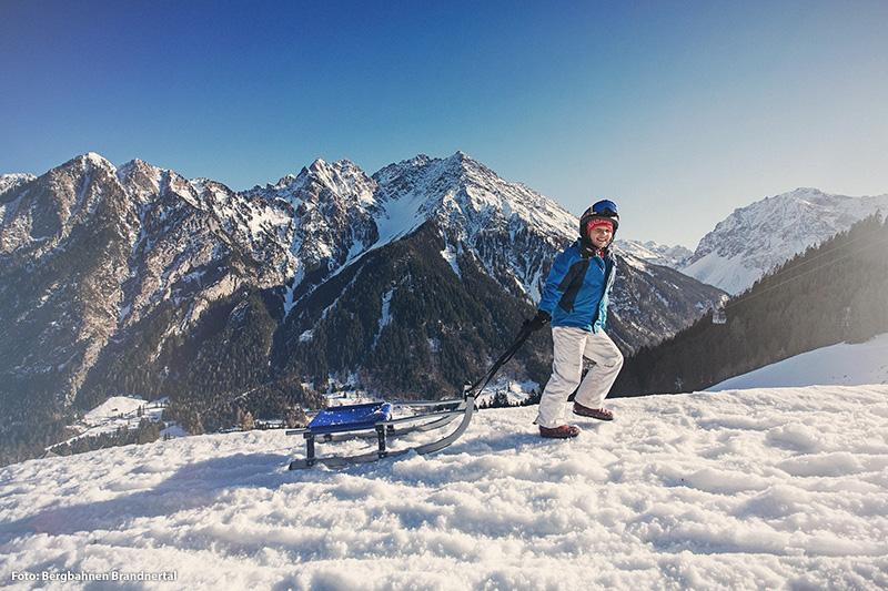 Eine Kombination aus Winterwandern und rodeln auf der beschilderten Rodelsafari-Strecke