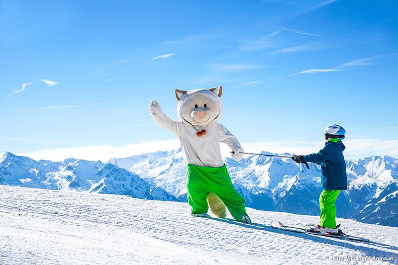 Ski Spaß mit dem Maskottchen der Wildkogel-Arena
