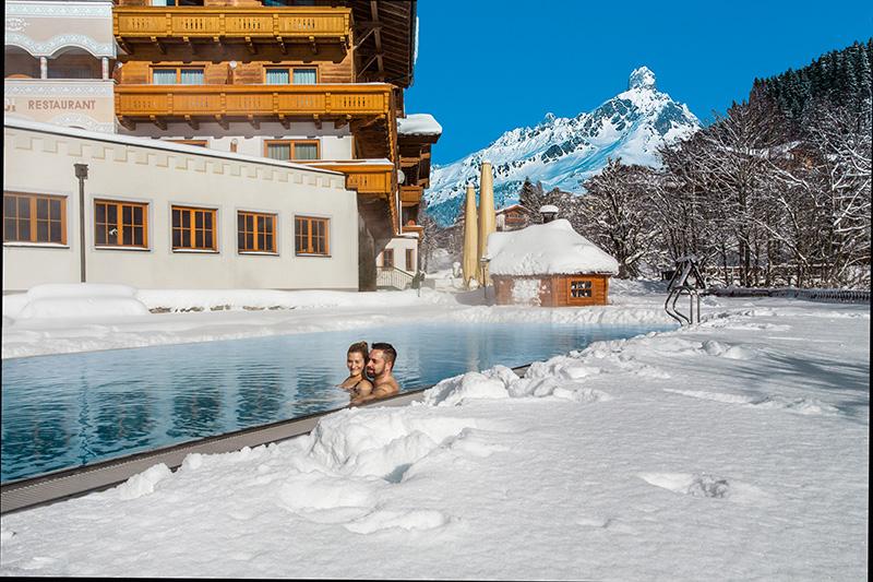 Beheiztes Freibad mit einer einer Wassertemperatur von 29 Grad Celsius