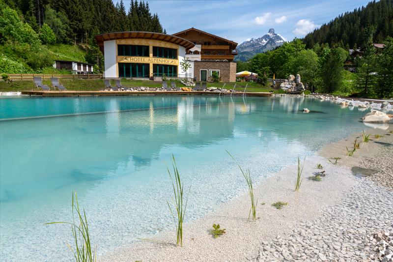 Walchhofers Alpenhof in Filzmoos mit seinem Naturbadeteich mit über 1.000 m² Wasserfläche