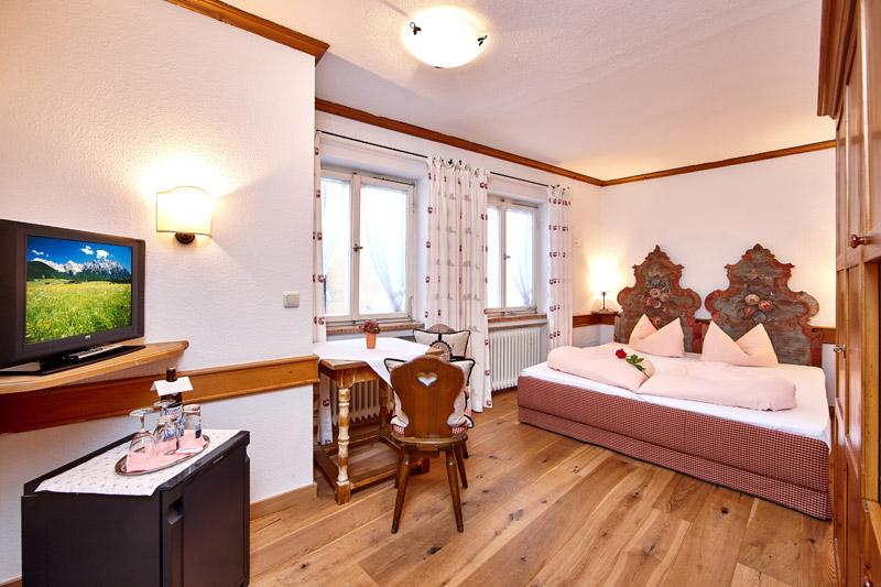 Doppelbettzimmer mit Minibar