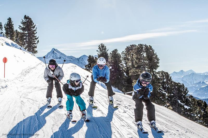 Familie beim Skifahren im Pitztal