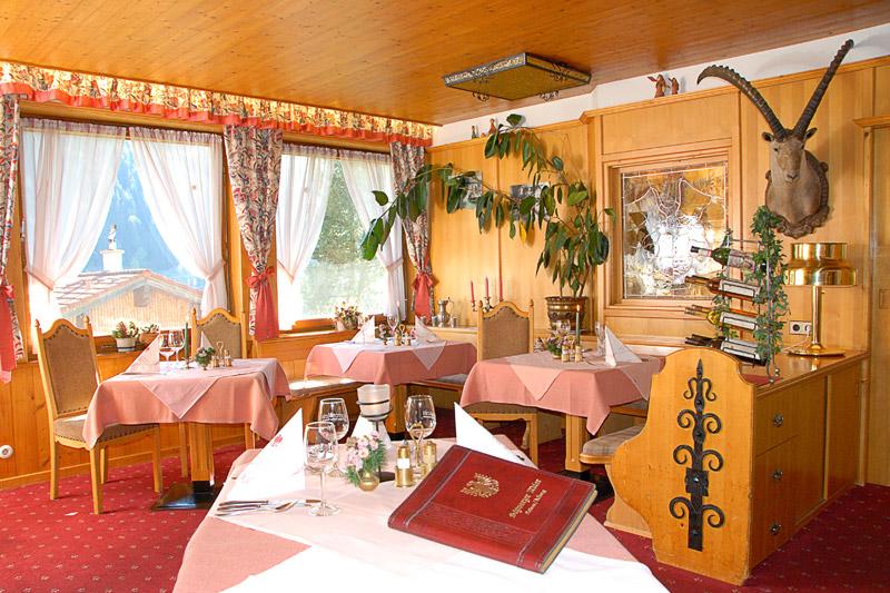 Bäuerlich rustikal und doch gemütlich komfortabel – Gasthaus und Hotelzimmer im Schwarzen Adler sind mit viel Liebe eingerichtet