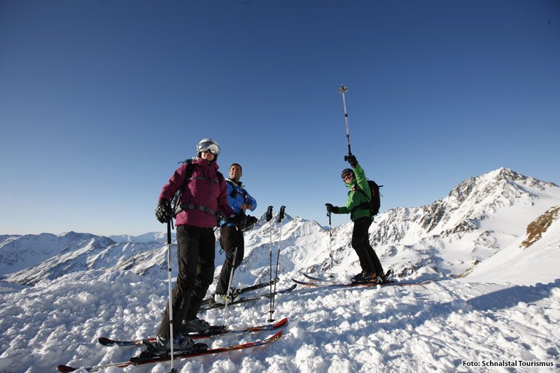 Skispaß mit Freunden im Skiurlaub