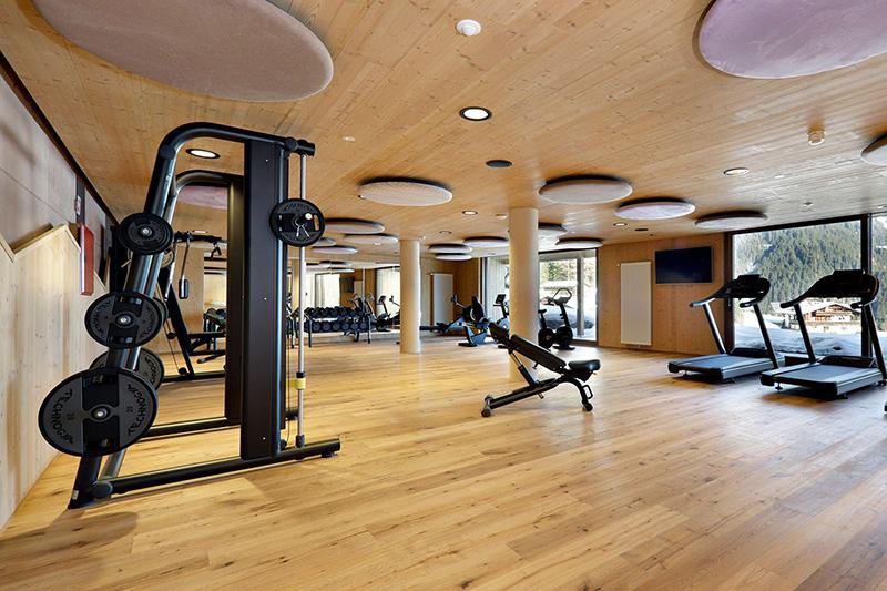 Fitnessraum - ausgestattet mit den Fitnessgeräten der neuesten Generation und Panoramablick