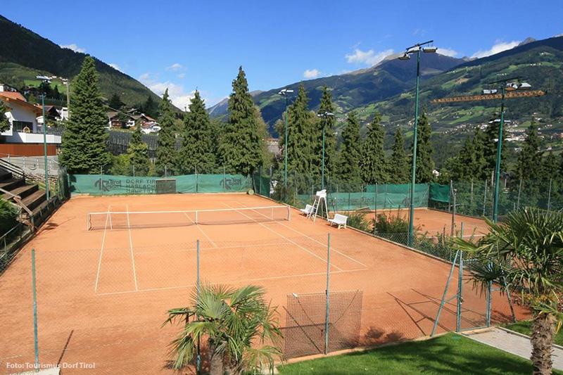 Tennis am Ortsanfang von Dorf Tirol