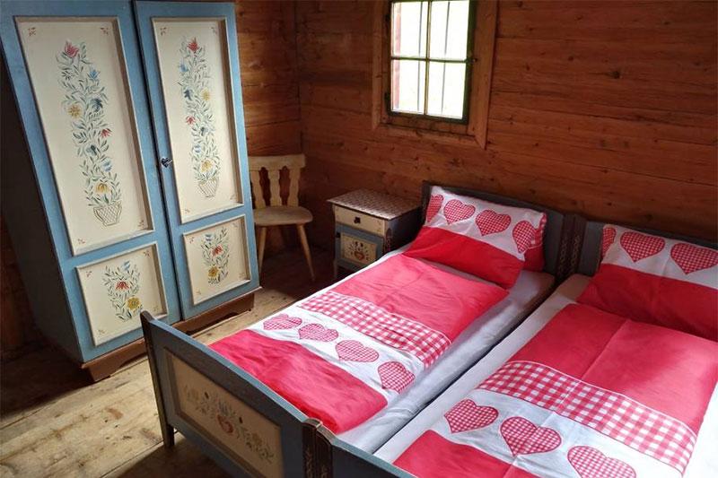 Uriges Schlafzimmer im typisch bäuerlich-tirolerischen Stil