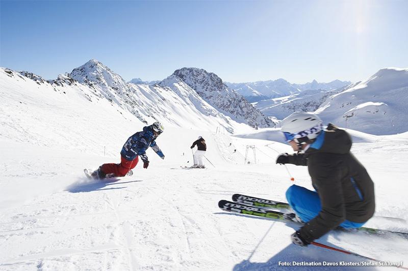 Ski und Snowboarden auf der Piste Parsenn