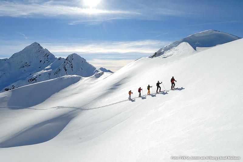 Tourengeher in unberührter Schneelandschaft