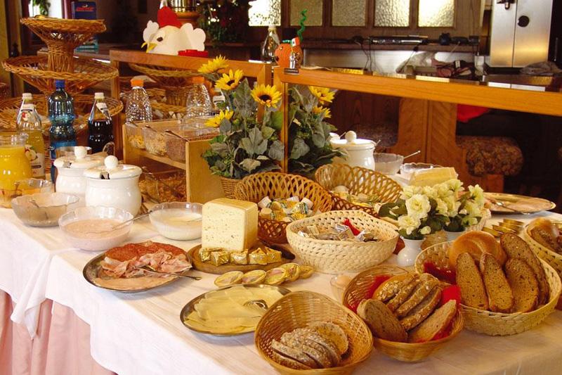Im Hotel Oberhofer in Meransen in Südtirol startest Du jeden Urlaubstag mit dem reichhaltigen Frühstücksbuffet mit einheimischen Produkten