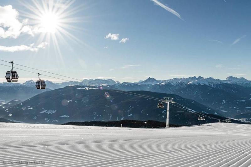 Skifahren mit tollem Panorama in der Ski und Almenregion Gitschberg Jochtal in Südtirol