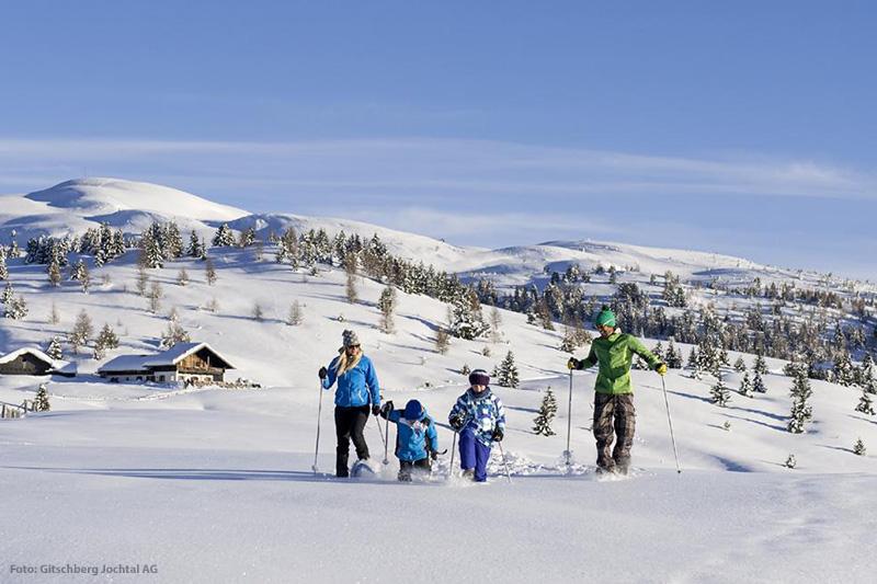 Schneeschuhwandern kann man auch mit kleineren Kindern gut