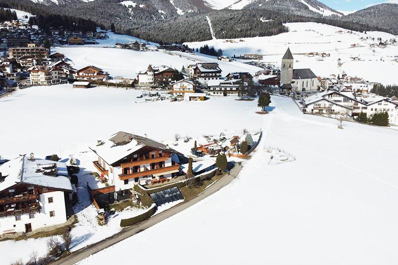 Winterurlaub im Hotel Oberhofer in der Skiregion Gitschberg Jochtal in Südtirol - vom Hotel sind es nur 300 m bis zur Skipiste