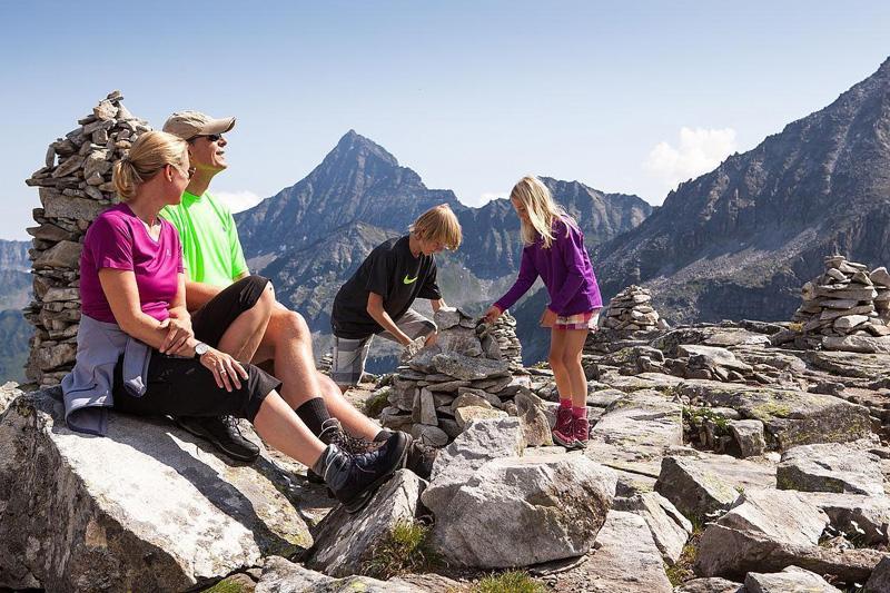 Steinmandl bauen inmitten des Nationalpark Hohe Tauern