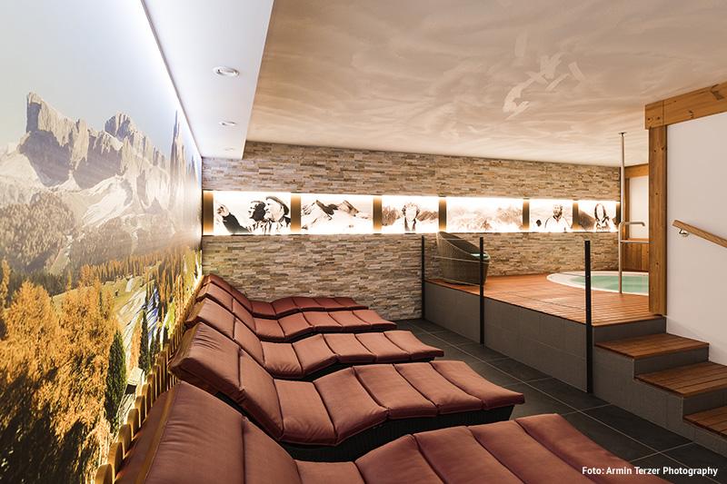 Tolle Indoor Whirlpool Anlage mit Entspannungsliegen