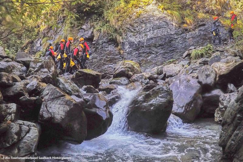 Canyoning man kann auch Canyoningparcours erleben - es bietet einen Mix aus Sprüngen, Rutschen, Seilquerungen und Abseilpassagen