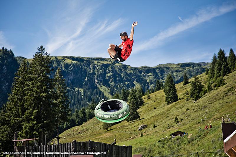 Weltweit erster Jump and Slide Park mit einem acht Meter hohen Jump Tower, einer Trampolin Area und einer Freestyle Ramp