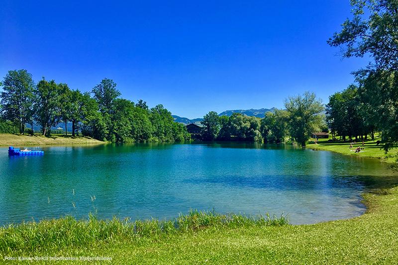 Kieferer See mit Bergpanorama