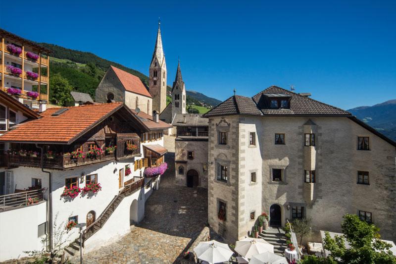 Villanders und das Panorama Hotel Stephanshof liegen am Mittelpunkt und somit direkt im Herzen Südtirols und ist der perfekte Ausgangspunkt für Deinen Urlaub in den Dolomiten. Hier entdeckst Du das ganze Land mit seinen Städten und Erlebnisorten von einem einzigen Punkt aus
