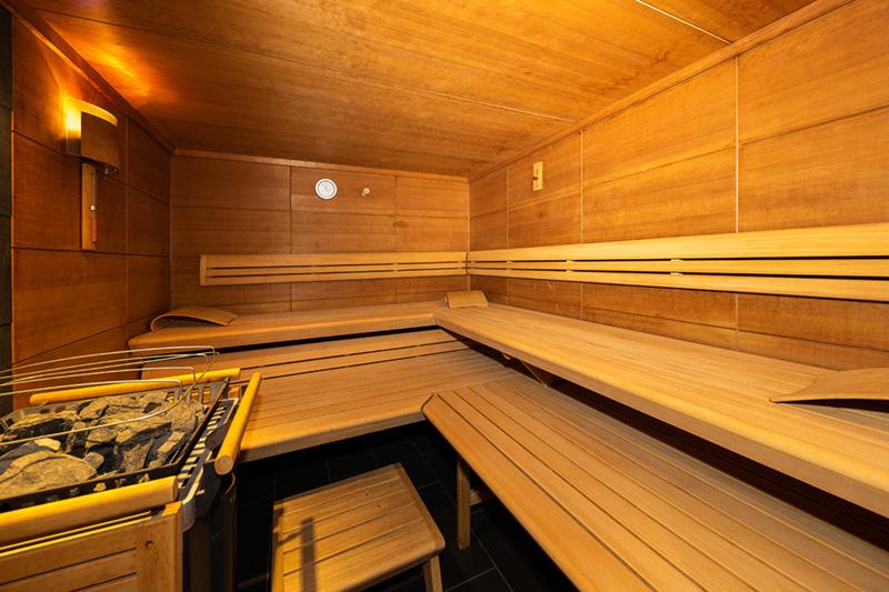 Wellnessbereich mit 2 Saunen, Aroma-Dampfbad, Wasserbett, Zirbenliege, Ruheraum und Fitnessraum