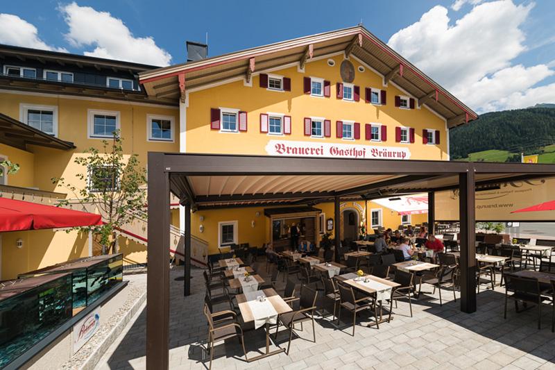 Hoteleigener Biergarten & Terrasse mit Aquarium