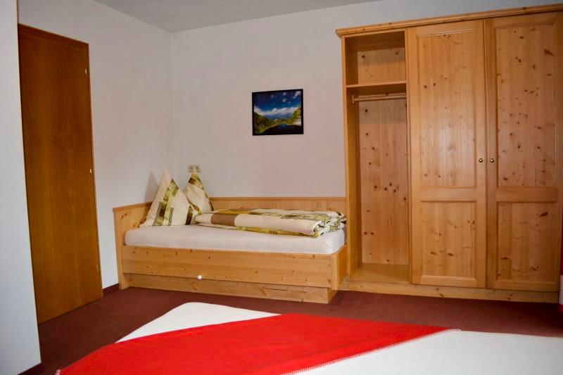 Wohnung 03 - Schlafzimmer mit Zusatzbett