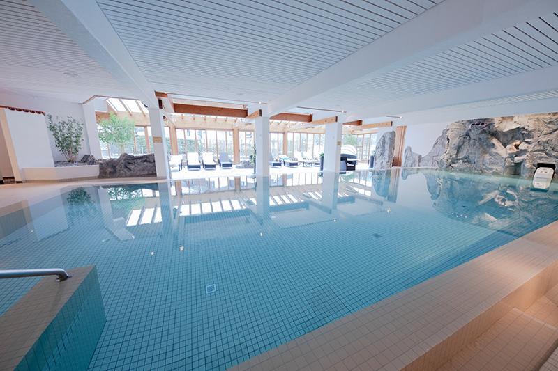 Schwimmbad mit Jacuzzi, Sauna und Dampfbad