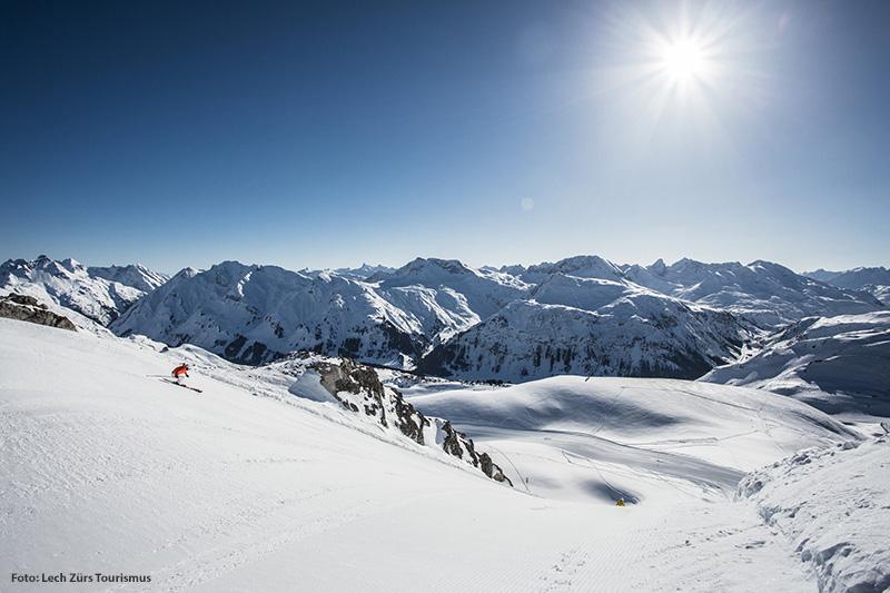 Sonnenskilauf im Skigebiet Lech Zürs
