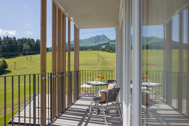 Balkon mit Blick auf die Alpen