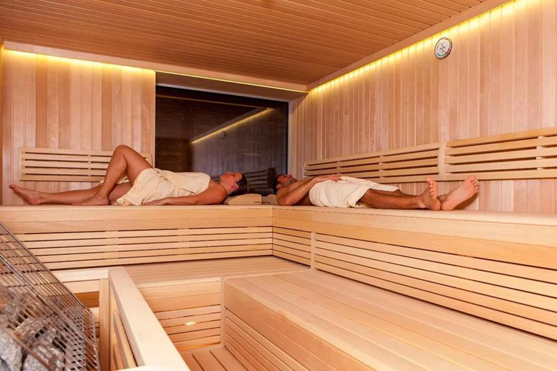 Saunabereich mit Finnischer Sauna, Dampfbad, Infrarot-Kabine und Kräutersauna