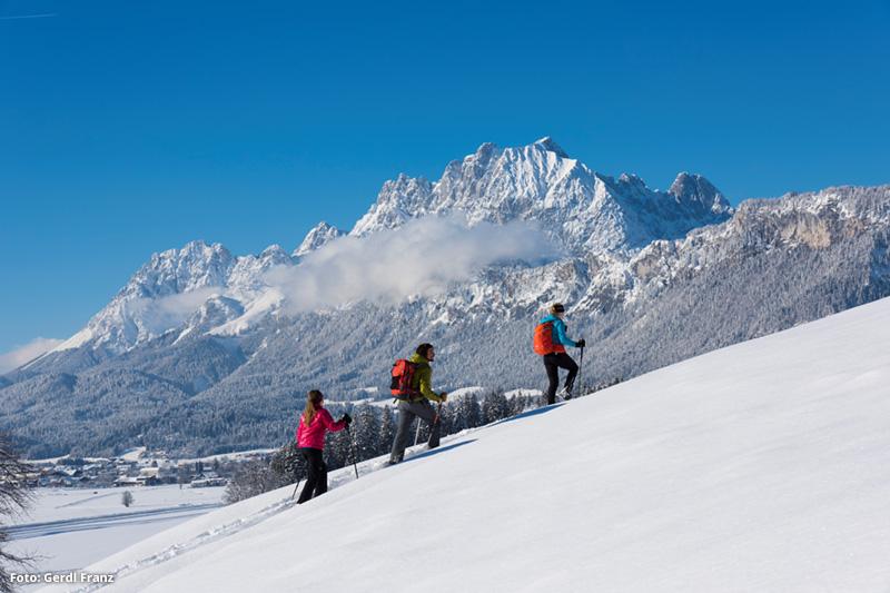 Schneeschuhwandern mit Blick auf den Wilden Kaiser