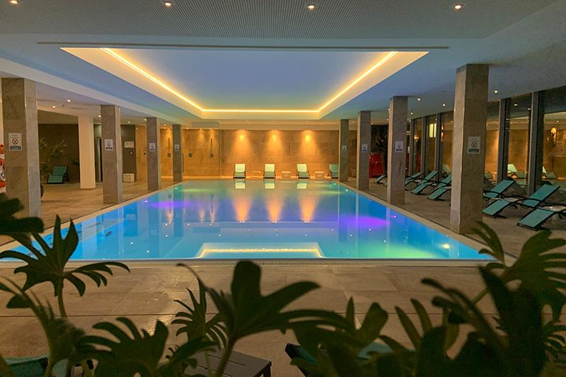Großer Indoor Pool