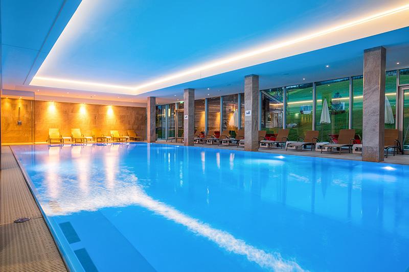 Großer Indoor Pool im Wellnessbereich