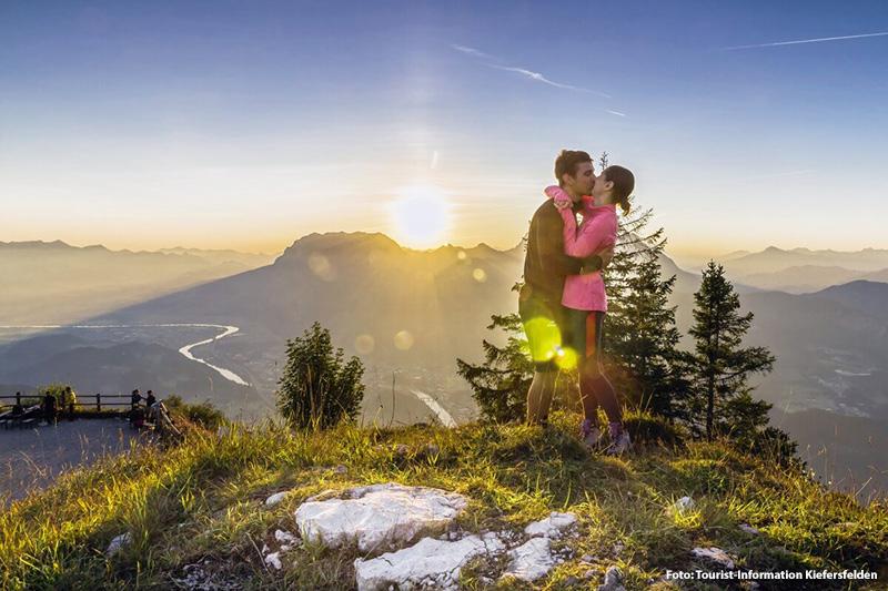 Wandern mit Blick auf das Kaisergebirge