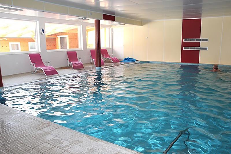Geländehallenbad mit 70 m² Wasserfläche