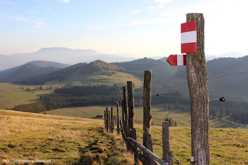Bänderzaun und Wander-Markierungen im Almenland