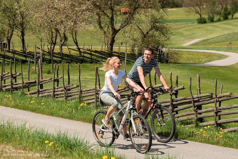 Radfahren neben dem Golfplatz Almenland