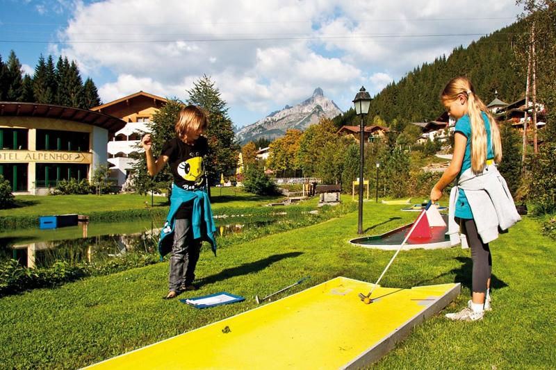 Alpenhof-Filzmoos-Minigolf-rund-um-den-Teich