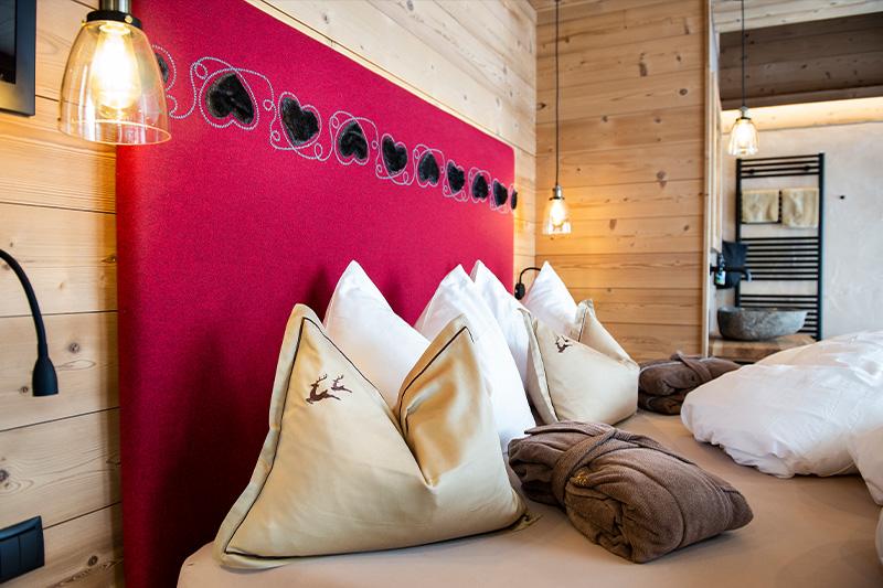 Wolle und schöne Stoffe prägen den edlen alpinen Stil der Luxus Chalets